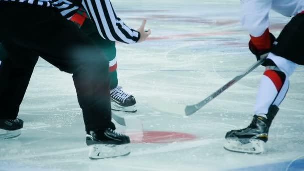 Zpomalený pohyb na ledu úředník vyvolá PUK na kruh hráči čekání