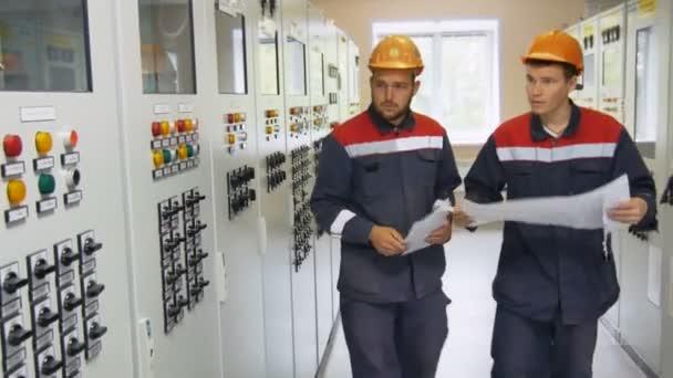 elektrikáři přijít k síti moci vlády a stiskněte tlačítko