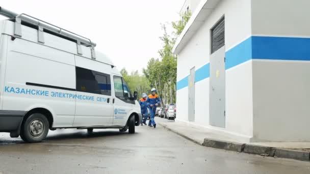 i tecnici gli uomini entrano in stazione elettrica per ispezione