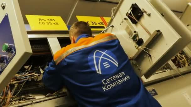 elettricista opera con cavi nella scatola trasmissione