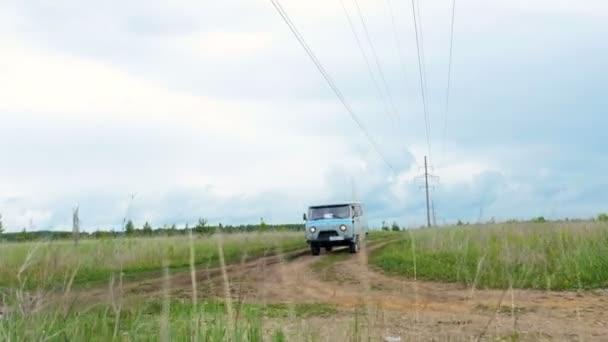 Kazaň, Tatarstán Rusko - 29. května 2018: Minivan s logem společnosti řídí podél pozemní cesty mezi zelenými poli proti modré obloze s bílé mraky na 29 května v Kazani