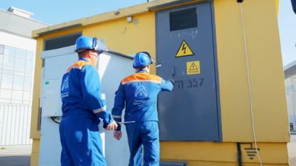 dipendenti accesso ai locali con apparecchiature elettriche e segnale di pericolo