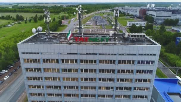 Reifen Sie-Fabrik Hauptbüro mit Logo und Mobilfunk-Antennen auf Dach