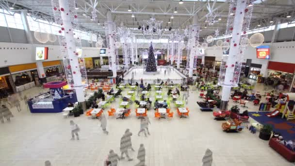 čas zanikla moderní nákupní centrum plné hostů na Štědrý den