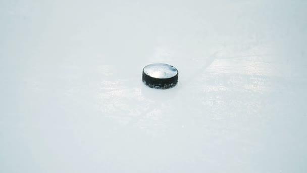 Closeup hokejový brankář přesune PUK holí na ledě arény