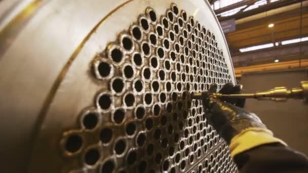 movimento da uomo con il trivello pulizia tubi sottili turbina