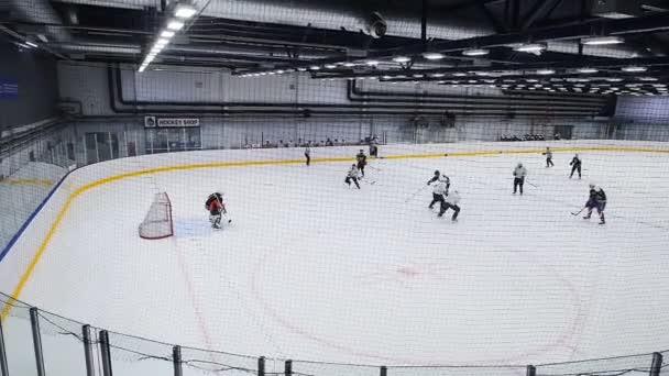kvalifikovaní hráči zaútočit na protější tým gate v ice Areně