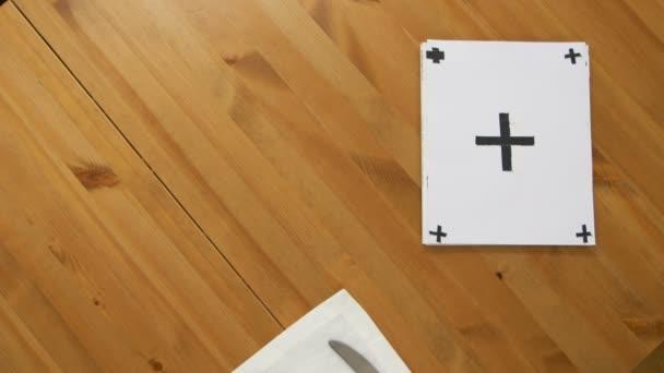 tabella della vista superiore con zolla vuota e la mano delluomo prende carte