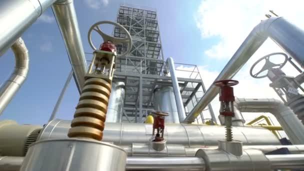 Spodní pohled velké systém distribuce plynu v komplexu proti modré obloze