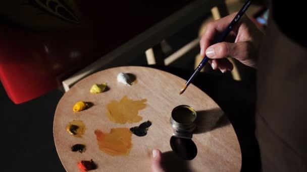 felső Nézd nő művész ecset paletta színek megfelel