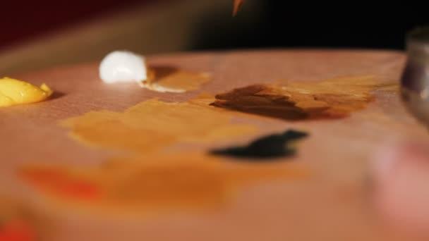 szoros nézetet festő ötvözi élénk olaj színek festék a palettán