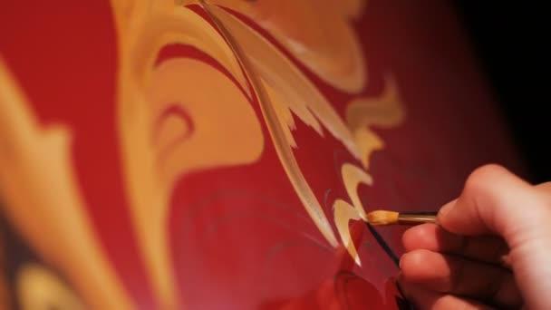 Vértes festő foglalkozik piros arany rajzok hűtőszekrény