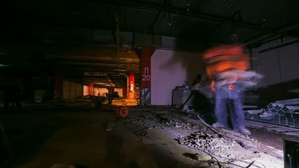 Bauherren, die Metall-Details auf Betonboden Timelapse geschnitten