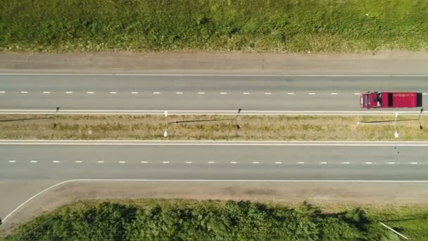červené Sklápěcí a auta jízdy po moderní dálnici pohled shora