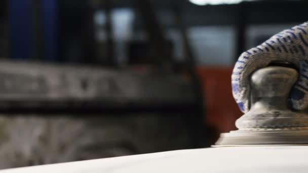 Closeup truck servis obchod pracovník leštidla jemně kovové detaily