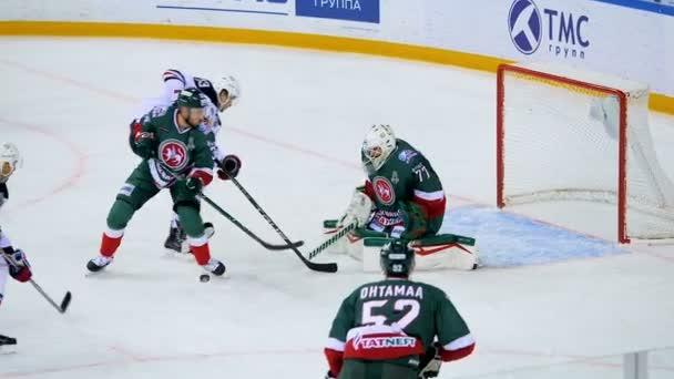Zpomalený pohyb hokejisty brání brána na důležité utkání