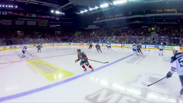 Hokejisté vybojovat malé PUK holí na arena