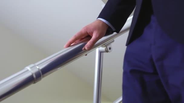 Zavřít pohled podnikatel jde dolů schody Zpomalený pohyb