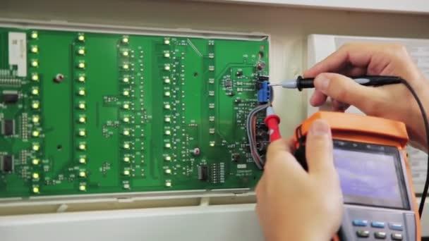 elektrikář kontroluje obvod s měřidlem v substanici zaostřená