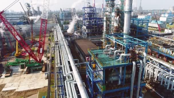 Gas- und Ölraffinerie-Komplex am sonnigen Tag Luftaufnahme