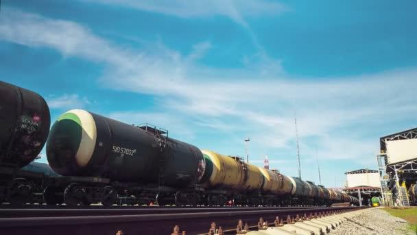 velké cisterny stojí na železnici v komplexu rafinérie