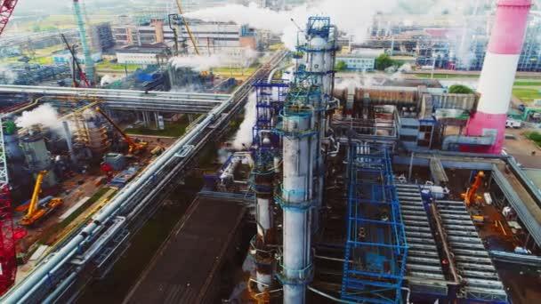 komplex plynových a ropných rafinérií s anténou pro výrobu věže