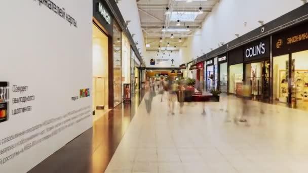 pohyb podél chodby s lidmi procházející kolem obchodů v obchoďáku