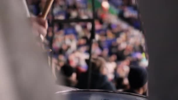 hokejový fanoušek hraje na bicí podporující sportovce na zápase