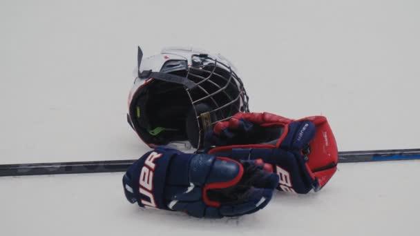 hokejista ochranné rukavice hůl a hardhat na ledu