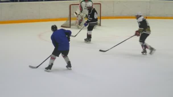 hokejisté v uniformě útok brána trénink na aréně
