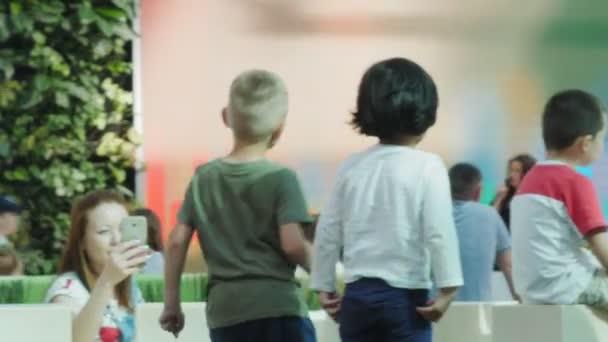 Kleine Kinder tanzen beim Konzert im Unterhaltungszentrum