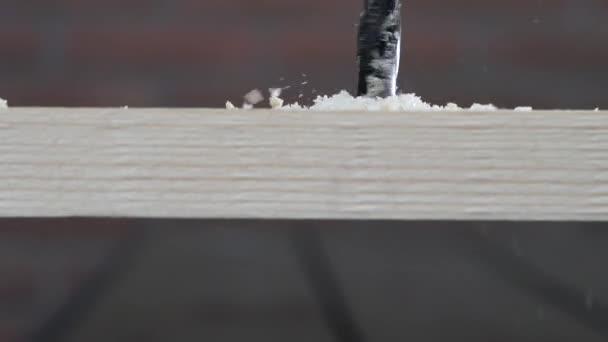 Muž vrtání dřevěné prkno