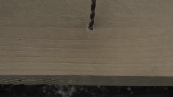 A fából készült deszka fúrás ember