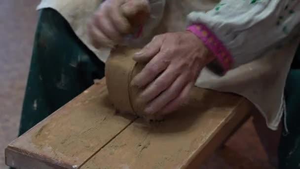 Erstellen Vase aus weißem Ton Nahaufnahme. Der Bildhauer in der Werkstatt macht Krug aus Ton Nahaufnahme. Verdrehtes Töpferrad. Master crock.
