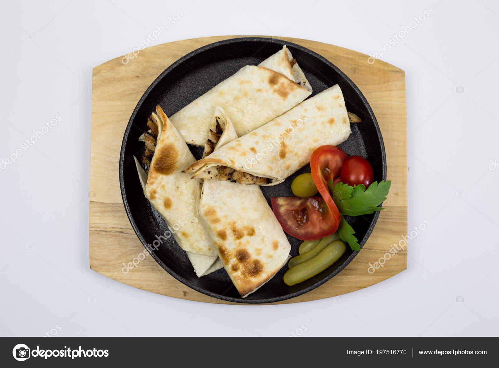 Arabian Pasta Pollo Avvolto Con Decorazione Pomodoro Lattuga ...
