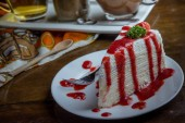 Erdbeer-Crape-Kuchen auf Holztisch im Café, Dessert-Tasy-Kuchen