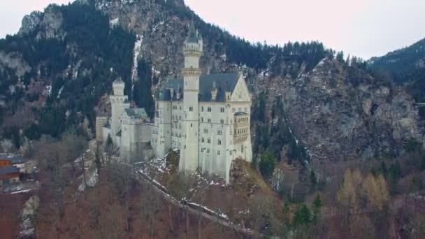 Luftaufnahmen eines schönen, alten Schlosses in den bayerischen Alpen in Deutschland namens Neuschwanstein. Dies ist in 4k Qualität.