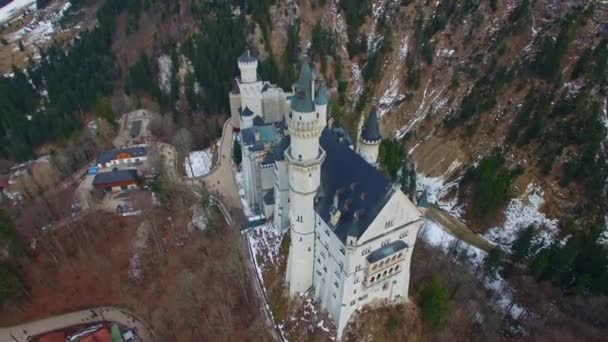 Schloss Neuschwanstein in Füssen, Bayern, Deutschland an einem schönen Wintertag. Luftaufnahmen in 4k-Qualität.