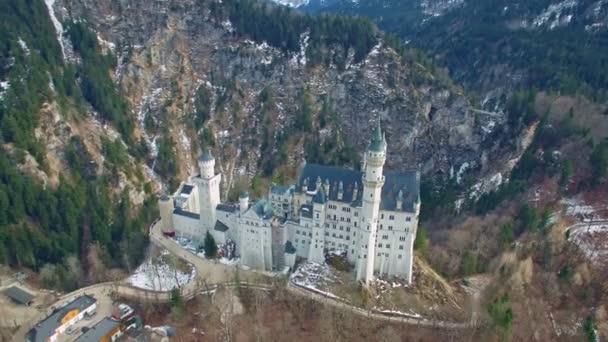 Luftaufnahmen berühmtes Schloss Neuschwanstein Wahrzeichen Touristenattraktion Bergwald, weite Sicht Deutschland