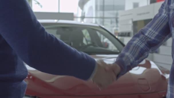 Předváděcí. Vozidla prodejce zobrazeno mladý muž nové auto. Automobilový průmysl, auto prodej. Video v rozlišení 4k.