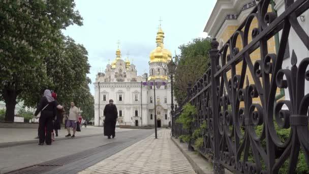 Az út vezet a Nagyboldogasszony székesegyház Kijev Pechersk Lavra. Zarándokok mennek a székesegyház