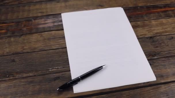 Rotace, perem ležící na prázdný list, místo pro váš text