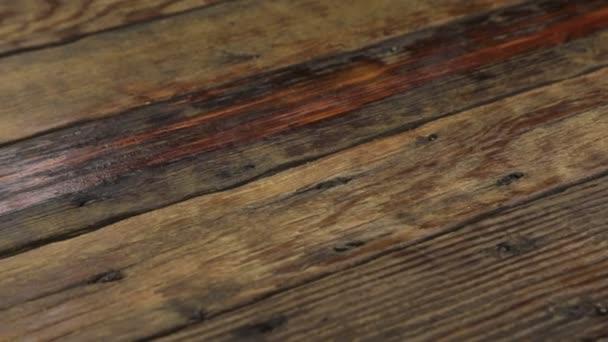 echtes altes Holz, dunkler Hintergrund. Kamera bewegt sich von links nach rechts.