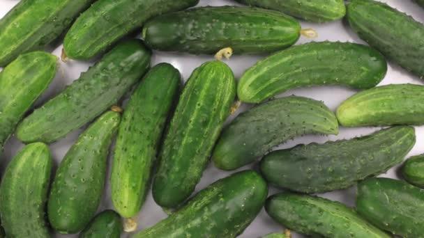 Forgatás egy halom-ból zöld uborka.