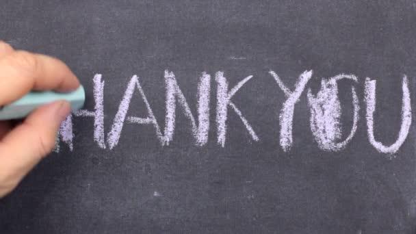 Wort Danke mit Kreide auf Tafel geschrieben.
