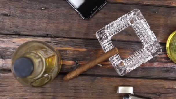 Fotoaparát jeřáb, pohled shora, moderní dřevěný stůl, sklenice whisky a doutníku .