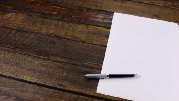 Panoráma, toll tiszta papírlapra fekve, másolási hellyel.