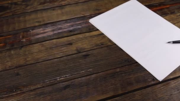 Snímek jezdce, pero ležící na čistém listu papíru s prostorem pro kopírování.
