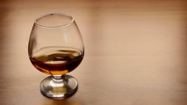 Cognac mozgása egy asztalnál álló üvegben
