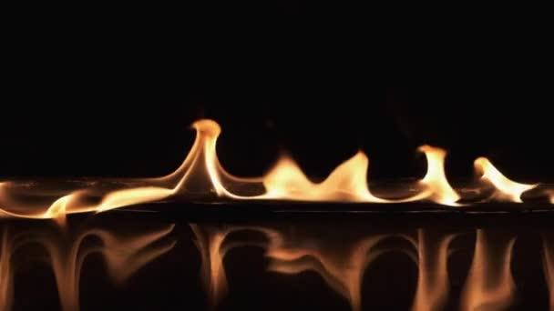 Odraz ohnivého pruhu ve vodě.